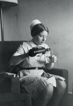 Vintage everyday: Nurses Take a Break, ca. is that wine at work? That could take the edge off! Nurse Pics, Nurse Photos, Nurse Stuff, Vintage Nurse, Vintage Medical, Medical Humor, Nurse Humor, Teacher Humor, Retro