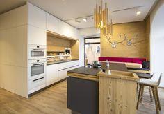 Küche mit Holzelementen. Holzleuchten. Küche in weiß kombiniert mit Kochinsel in anthrazit. Planung und Umsetzung: Tischlerei Laserer