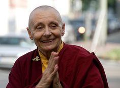 """la voix des femmes boudhistes """"Il faut se demander si le principal obstacle pour les femmes n'est pas un manque de confiance en leurs capacités, d'où la nécessité vitale d'avoir des modèles vivants comme Tenzin Palmo""""."""