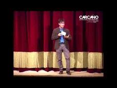 """il professore Diego Fusaro introduce lo spettacolo """"il Mio Nome è nessuno, l'Ulisse"""" alla platea degli studenti che hanno riempito il Teatro Carcano di Milano per una matinée teatrale durante la tenitura dello spettacolo dal 14 al 25 ottobre 2015"""