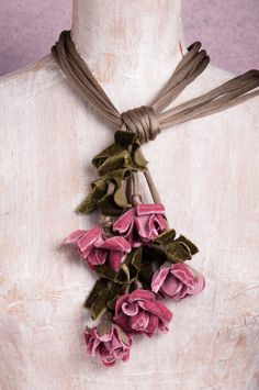 There is something for who is interested in vintage jewelry. Brooches Handmade, Handmade Flowers, Handmade Jewelry, Fabric Flower Headbands, Fabric Flower Brooch, Fabric Necklace, Flower Necklace, Necklace Ideas, Textile Jewelry