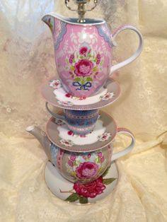 Théière lampe avec théière, tasses, soucoupes et pichet en rose, bleu et blanc avec A touch Of Green Leaves