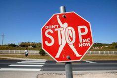 Creatividad y talento en una señal de Stop, con un poco de Fredy Mercury