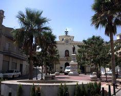 """#Almería - #Cuevas de Almanzora - Vista general 37º 17' 48"""" -1º 52' 49"""" En la plaza de la Constitución se haya esta estatua dedicada a el filántropo, José M. Múñoz, que aportó 100.000 duros para paliar los daños de las inundaciones de 1879. En el Calguerín, a espaldas de la ciudad hay un impresionante conjunto de cuevas de origen medieval. EL espectral paisaje que rodea a esta hermosa ciudad contrasta vigorosamente con un urbanismo luminoso."""