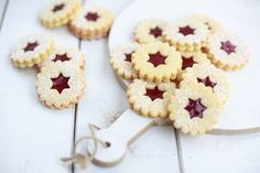 Classic Linzer eyes- Klassische Linzer Augen The classic Linzer eyes are typical Christmas biscuits. With this recipe you will enchant young and old. Easy Cake Recipes, Sweet Recipes, Cookie Recipes, Dessert Recipes, Christmas Biscuits, Christmas Treats, Christmas Baking, Christmas Christmas, Cookie Bakery