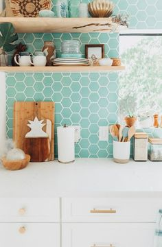 20 bold kitchen backs that put us in awe - MyhomeStyle Aqua Kitchen, Diy Kitchen, Kitchen Decor, Kitchen Design, Wooden Kitchen Cabinets, Kitchen Backsplash, Backsplash Ideas, Kitchen Confidential, Custom Made Furniture
