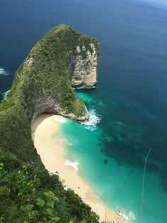 Kelingking beach, Nusa Penida, Bali Www.rudisbalitours.com Don't forget when traveling that electronic pickpockets are everywhere. Always stay protected with an Rfid Blocking travel wallet. https://igogeer.com for more information. #igogeer