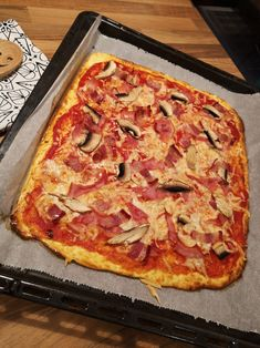 Low Carb Pizzateig ohne Hefe – Gesunde Pizza vom Blech A fast low carb pizza dough without yeast that is healthy, gluten free and easy. Here's the recipe for the low-carbohydrate pizza from the tin, which is great for losing weight. Healthy Pizza, Healthy Snacks, Protein Pizza, Healthy Plate, Low Carb Recipes, Vegetarian Recipes, Pizza Recipes, Appetizer Recipes, Veggie Recipes