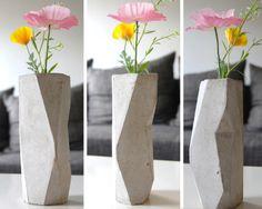 liebevoll selbstgegossene geometrische Betonvase.  In die Betonvase ist ein Reagenzglas eingegossen, in dem sich 1-3 Lieblingsblumen schön in Sze...