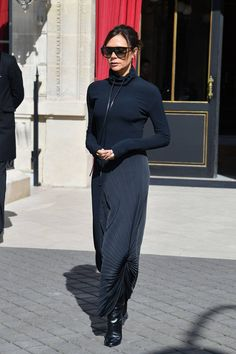 Victoria Beckham in an all-black ensemble from her eponymous brand - Paris - March 14 2018 Victoria Beckham Outfits, Victoria Beckham Style, Chic Outfits, Fall Outfits, Victoria Fashion, Celebrity Style Inspiration, Fashion Over 50, Women's Fashion, Feminine Style