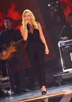 Carrie Underwood performing at the 2012 CMT Artist of the year. Show airs Saturday on CMT Country Western Singers, Country Music Artists, Country Girls, Carrie Underwood Pictures, Queen Of Everything, Chris Young, Beautiful Person, Celebs, Celebrities