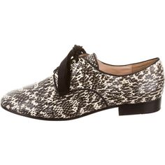 Pre-owned Pour La Victoire Snakeskin Round-Toe Oxfords ($145) ❤ liked on Polyvore featuring shoes, oxfords, black, black snakeskin shoes, oxford lace up shoes, black lace up shoes, laced shoes and lace up shoes