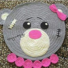 Pronta pra curtir a sexta... Colar de pérolas....eita coisa chique! #crochet #croche #handmade #tapete #fiodemalha #feitocomamor #feitoamao #trapilho #totora #knit #knitting #alfombra #decor #quartodebebe #baby #quartodemenina #decor #decoracao #artesanato #carpet