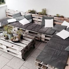 furniture design Casual DIY Pallet Furniture Ideas For Cozy Home Outdoor Design Recycled Pallet Furniture, Pallet Garden Furniture, Diy Outdoor Furniture, Furniture Projects, Furniture Decor, Garden Pallet, Antique Furniture, Rustic Furniture, Wood Projects