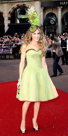 Sarah Jessica Parker in Alexander McQueen and Philip Treacy hat Sarah Jessica Parker, Estilo Carrie Bradshaw, Alexander Mcqueen, Philip Treacy Hats, Fashion Bible, Girls Crown, Gown Photos, Fashion Seasons, Celebs