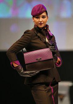 アラブ首長国連邦(UAE)のエティハド航空のキャビンアテンダントが着用する制服のファッションショー(アブダビ)