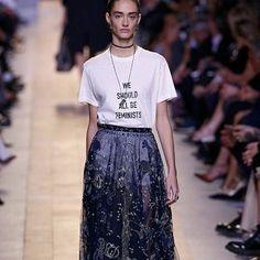 Maria Grazia Chiuri fez hoje sua estreia como diretora artística da Dior. Revisitou a mulher Dior e ainda conseguiu manter o DNA sensual que mostrou durante os longos anos em que esteve à frente da Valentino. O look acima foi o mais comentado da apresentação. Além de ser a volta da logomania da maison, mostra o empoderamemto da mulher atual. A nossa cara!