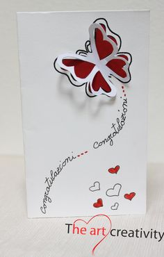 Biglietto di congratulazioni con farfalla in rilievo.