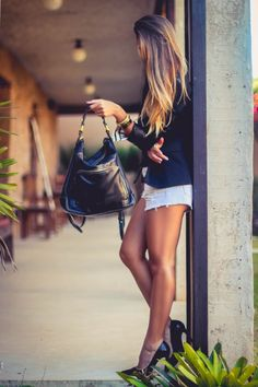 Look do dia com bolsa mochila preta - blazer feminino - shorts jeans e scarpin