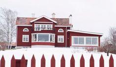 EN RIKTIG DRÖMJUL I HUSET VID SILJAN: I ett rött hus med utsikt över Siljans is bor Eva, Åke och katten Alfons. Till jul fylls det av levande ljus, pepparkaksälgar och doften av äppelmust med calvados. Dala-hemmet är som en tavla av Carl Larsson: En idyll med gedigna snickerier, vackra hantverk och massor av hemtrevnad. Dessutom en fantastisk utsikt över Siljan. Huset är ca 200 kvm stort och delvis ombyggt invändigt. Det gamla köket har fått en ny plan-lösning så att man numera ser sjön även…