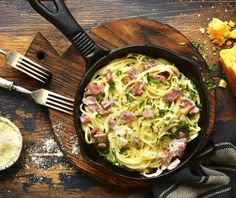 A simple pasta dish that is quick, cheap and easy to make. This will satisfy those hungry mouths whatever night you decide to cook Fettucini Carbonara. Pasta Carbonara, Carbonara Recept, Cream Cheese Pasta, Traditional Italian Dishes, Sausage Tortellini, Courge Spaghetti, Easy Pasta Dishes, Leftover Ham, Le Diner