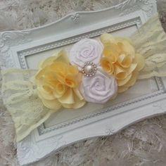 Faixa de cabelo de renda elástica com flores de cetim e aplique de perola com strass