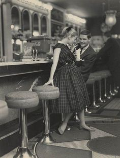 Teenagers (one rather creepy) on a date in the 1950s pic.twitter.com/iRm7ZJXdQo Soda Fountain, 1950s Diner, Vintage Diner, Vintage Love, Diner Nyc, Diner Restaurant, Retro Diner, Vintage Style, Vintage Prints