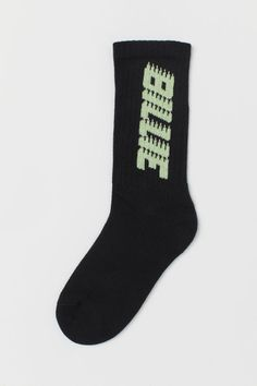 Socks in a soft, fine-knit cotton blend with a jacquard-knit text motif. Ribbed, elasticated shaft and soft terry inside the feet. Cute Emo Outfits, Scene Outfits, Billie Eilish Merch, Helix Piercing Jewelry, Knitting Socks, Knit Socks, Black Neon, Cute Socks, H&m Gifts