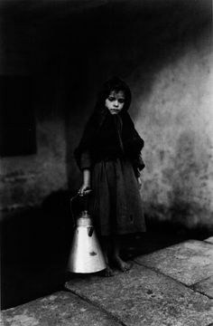 Ruth Matilda Anderson :: Pequena leiteira [The Little milkwoman]. Noia, A Coruña, / source: Decolonial more [+] by this photographer Matilda, Old Photography, Portrait Photography, Lifestyle Photography, Black White Photos, Black And White Photography, Vintage Photographs, Vintage Images, Vintage Kids
