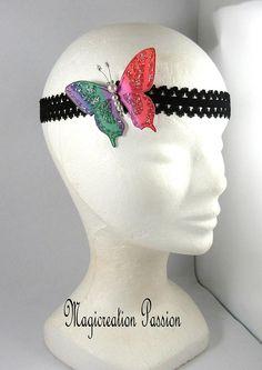 bandeau serre-tête papillon soie multicolore sur dentelle Origami, Crochet Hats, Satin, Bandeaus, Alice Band, Green Houses, Silk, Lace, Fabric