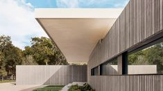 Three cast-concrete volumes form Preston Hollow house by Specht Architects Architectural Materials, House On Stilts, Steel Columns, Concrete Steps, Roof Structure, Courtyard House, House On A Hill, Brutalist, Large Windows