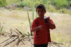 Lalito, futuro maestro mezcalero, nos describe las variedades de agave y las diferencias entre los múltiples mezcales que comercializa  Rio Revuelto, como Señor Mono y Ponte Chingón.