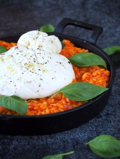 Risotto with Burrata and grilled bell pepper. Tastes even better than it looks. Veggie Recipes, Vegetarian Recipes, Dinner Recipes, Healthy Recipes, I Love Food, Good Food, Yummy Food, Gula, Food Porn