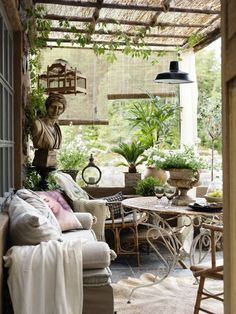 Classic Provence Style patio with French Country style --- This looks great.not sure about roof, and not sure about curtains.but for outside porch French Rustic Decor, French Farmhouse Decor, French Country Living Room, French Country Style, French Country Decorating, French Country Porch, Provence Decorating Style, European Style, Farmhouse Table