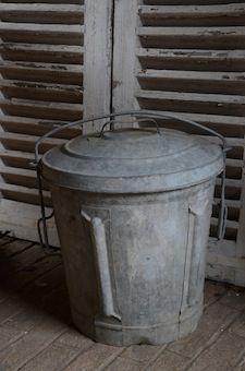 Brocante de la Bruyère Poubelle en zinc avec son couvercle.