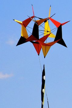 A Roto-Box I believe. A winged Box kite that rotates around a central spindle while it flies steadily in one spot. Note how here is a slight angle on those triangular wings, which moves the kite around like a turbine. T.P. (my-best-kite.com)