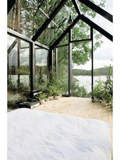 18 slaapkamers om bij weg te dromen: Glazen slaapkamer middenin de natuur | ELLE Decoration NL