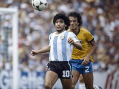 #BrasilxArgentina Leandro (Flamengo) marcando Maradona (Barcelona) - 1982 - Brasil 3x1 Argentina e um jogaço (UOL).