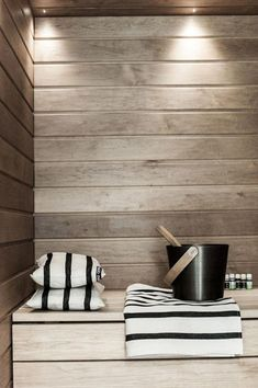 People have been enjoying the benefits of saunas for centuries. Spending just a short while relaxing in a sauna can help you destress, invigorate your skin Home Interior, Interior Architecture, Interior Design, Sauna Benefits, Outdoor Sauna, Sauna Design, Finnish Sauna, Steam Sauna, Sauna Room