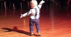Vauva kuuli Elviksen hittikappaleen juhlissa: Katso nyt, kun hän kääntyy ympäri ja räjäyttää tajuntasi. Newsner tarjoaa uutisia, joilla todella on merkitystä!