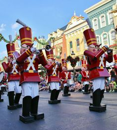 When will the 2014 Christmas parade be filmed and do you need a special pass to view it? Click to read the answer!
