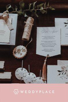 Kann man eine Vintage Hochzeit mit Moderne verbinden? Wir finden ja und beweisen es Euch in diesem Styled Shoot. #Hochzeit #StyledShoot #Vintage #Papeterie #Brautpaar #Modern Modern Vintage Weddings, Place Cards, Place Card Holders, Inspiration, Style, Paper Mill, Thanks Card, Newlyweds, Invitations