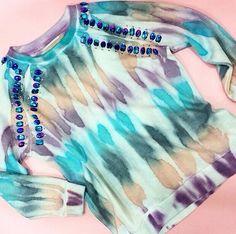 Ponte en contacto con tu lado más bohemio y añade tie dye a tus prendas como con esta sudadera de @rapsodiaoficial, llévala con jeans de un solo tono. #TheLook #Fashion
