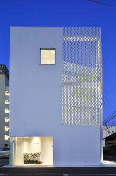 Company Building in Kanagawa est une entreprise d'étude de matériaux de construction locaux. Le studio d'architecture HMAA, basé au Japon, conçoit le plan du bâtiment de façon à articuler les étage...