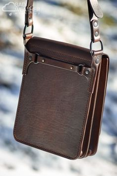 back of the bag and belt fastening system Leather Pouch, Leather Purses, Leather Handbags, Custom Leather Belts, Leather Men, Leather Bags Handmade, Leather Craft, Wooden Bag, Leather Workshop