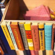 Pour ranger plus que des livres dans une bibliothèque, voici un rangement discret au milieu de vos livres. Une simple boite sur laquelle vous collerez vos bordures de livres découpées.