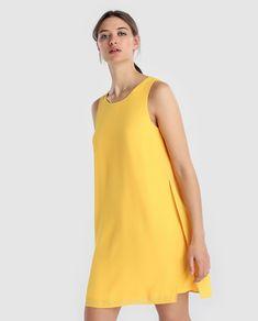 Vestido corto con capas, escote redondo y manga sisa.