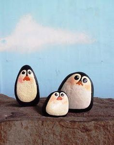 Painted rock penguins, cute for Christmas decorations? or if you just like penguins :) Pebble Painting, Pebble Art, Stone Painting, Rock Painting, Family Painting, Stone Crafts, Rock Crafts, Arts And Crafts, Art Rupestre