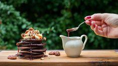 Jestli jste jako my, první lednový týden se ještě nejspíš držíte předsevzetí jíst zdravěji. To ale nemusí znamenat žádné utrpení – třeba dnešní kakaové lívance jsou úplně bez mouky a přidaného cukru a přesto jsou výborné!
