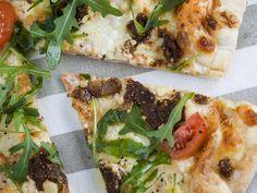 Pizza mit Feigen und Rucola - smarter - Zeit: 1 Std.  | eatsmarter.de Es muss nicht immer Salami-Pizza sein.